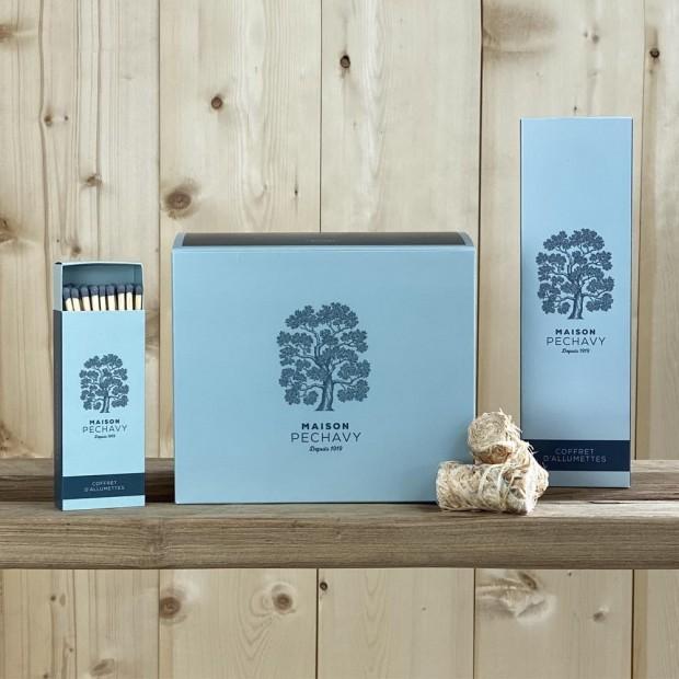 """Coffret """"Indispensables"""" Maison Péchavy avec sa boîte d'allyume-feux, et ses deux boîtes d'allumettes en peuplier naturel."""