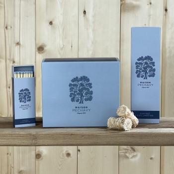 """Coffret """"Indispensables"""" Maison Péchavy avec sa boîte d'allume-feux, et ses deux boîtes d'allumettes en peuplier naturel."""