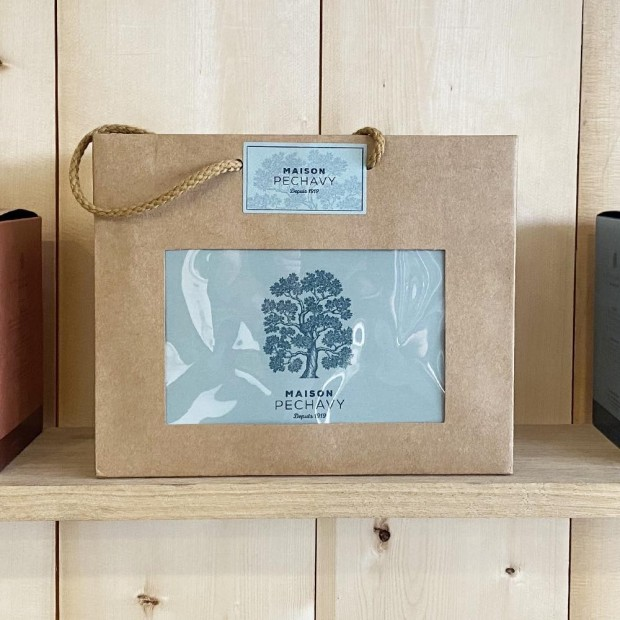 Sac cadeau Maison Pechavy en kraft, idéal pour offrir notre bougie, parfum, ou nos boîtes d'allume-feux.
