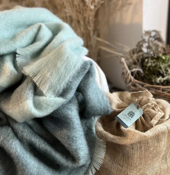 Plaids, panier à bûches, tout pour habiller votre espace cheminée